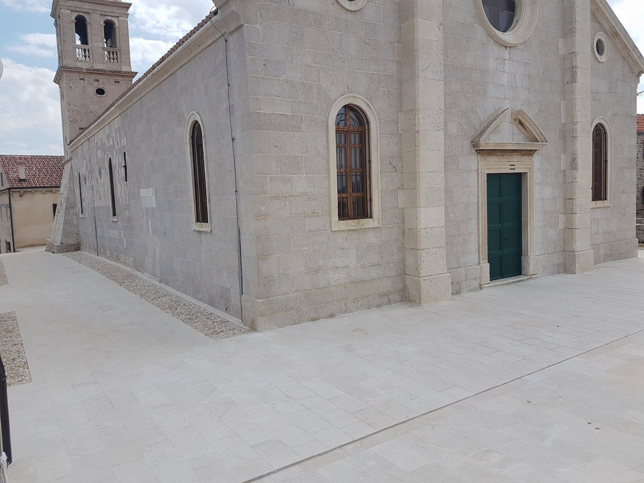 LokalnaHrvatska.hr Tisno Zavrseni radovi na uredenju okolisa zupne crkve Sv. Frane u Betini